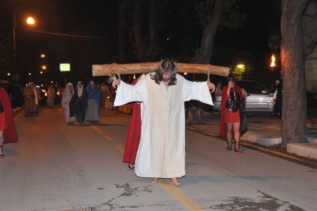 Contigliano, grande partecipazione alla suggestiva Via Crucis